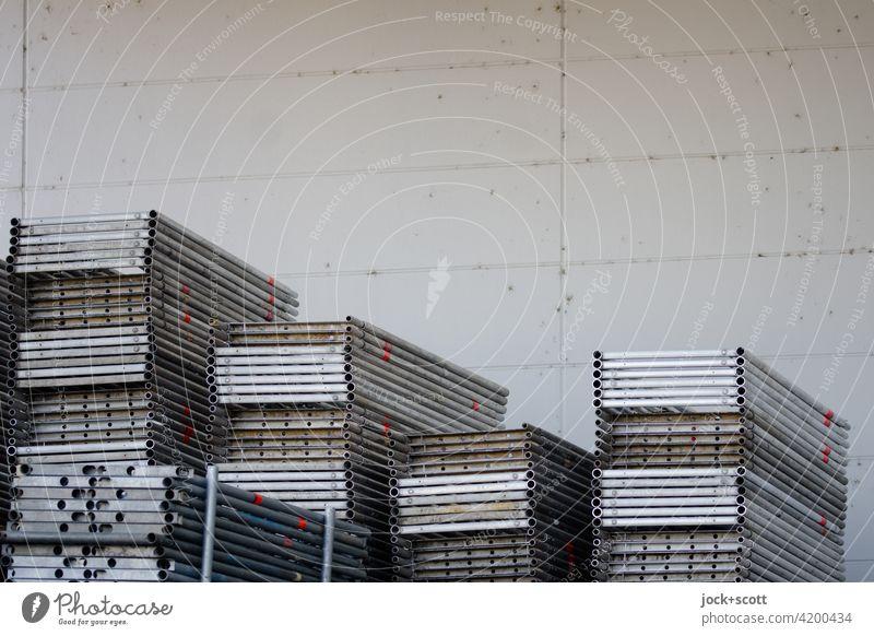 Gerüstböden auf Lager Lagerung Gerüstbau Gerüstbohlen Metall Strukturen & Formen aufgestapelt Betonwand Stapel Ordnung viele Sammlung Hintergrund neutral