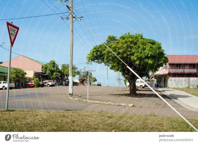 Kreuzung Douglas Street / Blackall Street Thursday Island Australien Umwelt Hauptstraße Strommast Idylle ruhig authentisch Verkehrswege Straße Baum exotisch