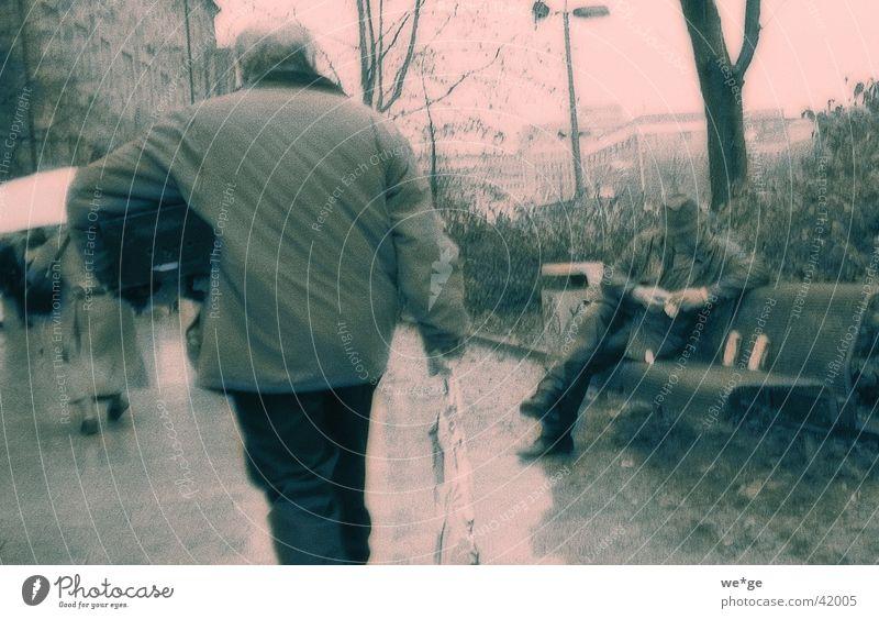 Regentag Parkbank Stadt Fußgänger Mensch schlechtes Wetter