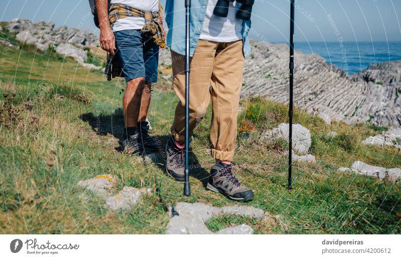 Unerkennbares Paar übt Trekking im Freien Landschaft Senior reif unkenntlich Wanderer laufen Trekkingstöcke Natur Nordic Walking Sommer Wanderung Erholung