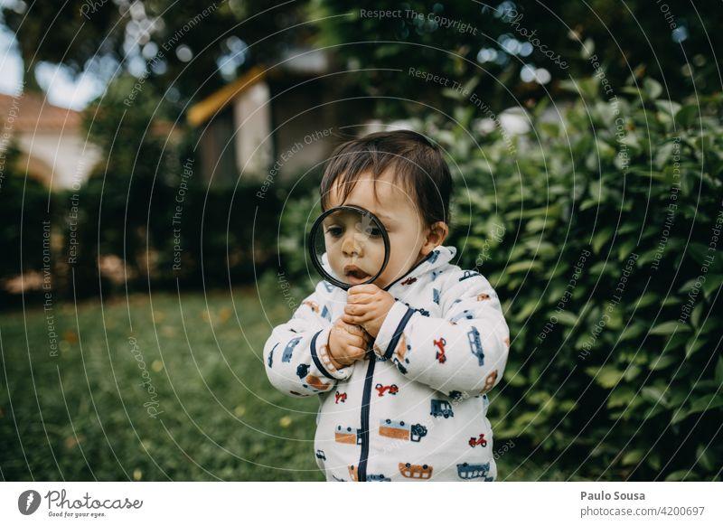 Kind spielt mit Lupe Kindheit 1-3 Jahre Kaukasier Spielen Leben Kindheitserinnerung Freizeit & Hobby Lifestyle Kleinkind Fröhlichkeit Freude Mensch Farbfoto