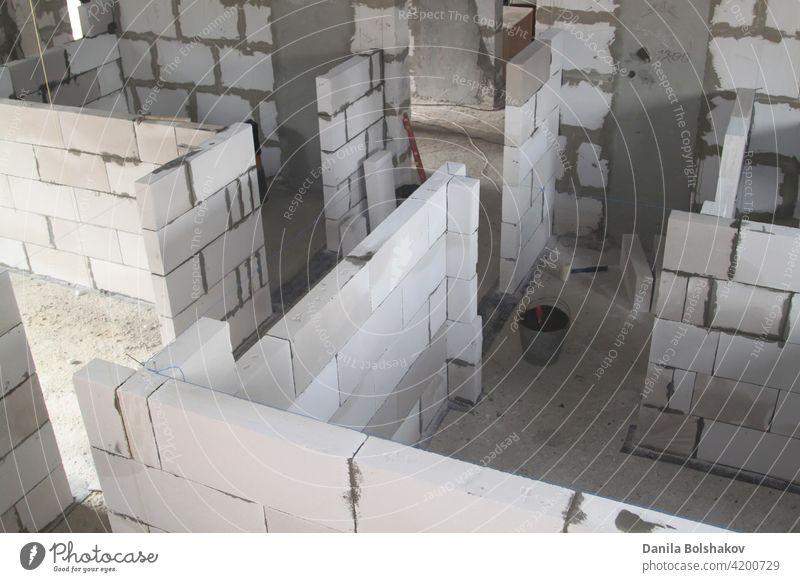 Draufsicht auf die Wände unter der Konstruktion der Schaumstoffblöcke in den Wänden des Landhauses Materialien Eingang errichten verstärkt Zeitgenosse Gehäuse