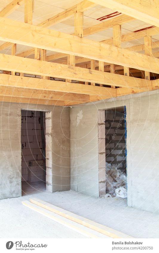 Ansicht der Holzsparren bei der Installation des Daches auf der Konstruktion des Hauses hölzern Zimmerdecke Rahmen Strahl Innenbereich Nutzholz Gebäude Balken