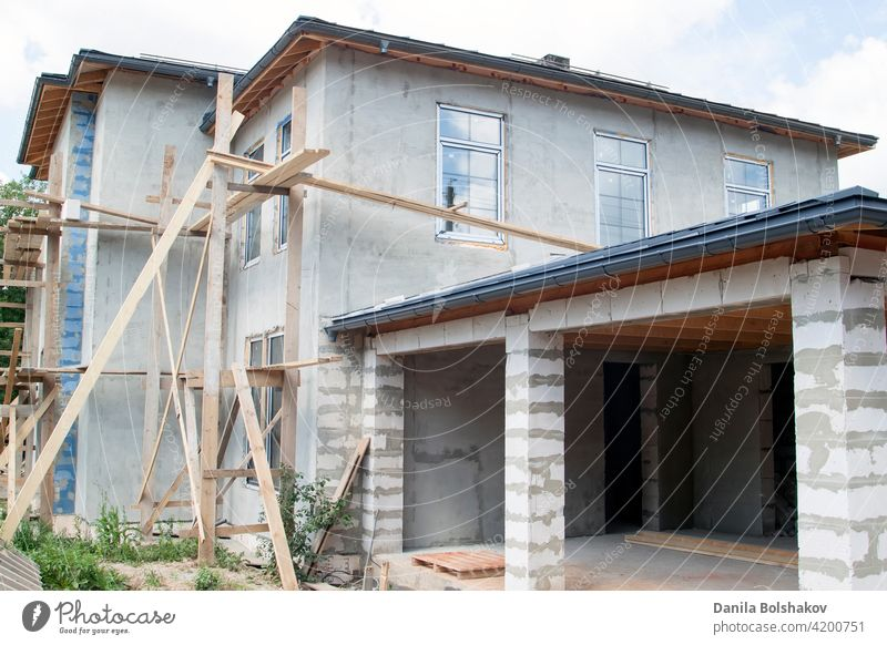 Fassade eines im Bau befindlichen Ferienhauses mit neu eingesetzten Fenstern Haus Konstruktion heimwärts Standort Baustein unten Verlängerung Architektur Arbeit