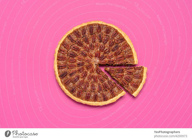 Pecan-Kuchen von oben gesehen, isoliert auf einem rosa Hintergrund. Amerikaner Herbst gebacken braun Business Tabelle Weihnachten Farbe Textfreiraum Maissirup