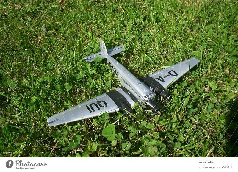 Ju 52 auf Graspiste grün Flugzeug Dinge