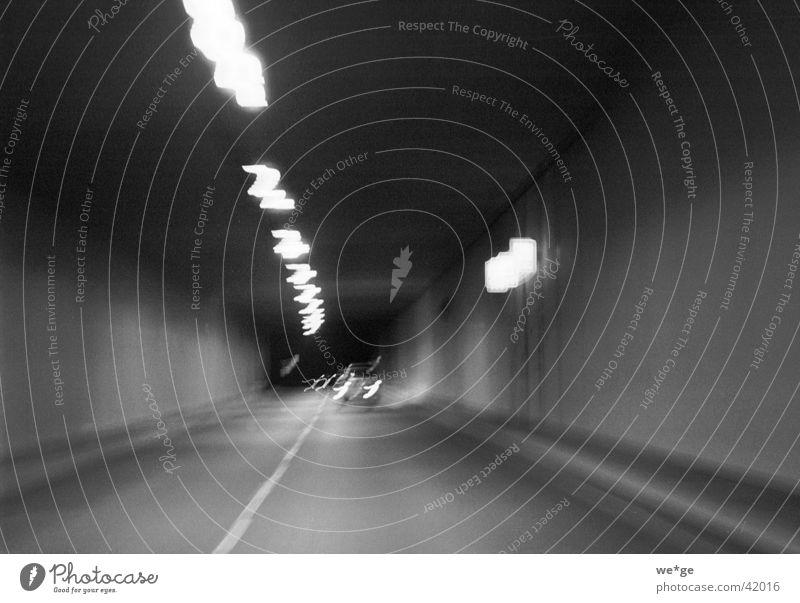 Tunnel Nachtaufnahme KFZ PKW Schwarzweißfoto