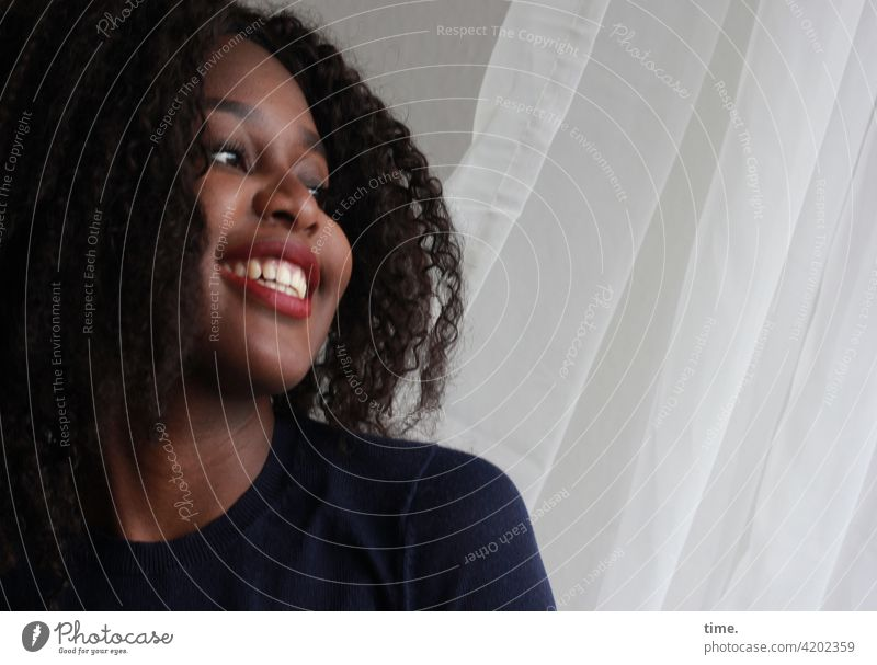 Arabella Porträt Frau feminin lachen lächeln freude Vorhang Inspiration Interesse Neugier Leben Wachsamkeit Warmherzigkeit Leidenschaft selbstbewußt schön Blick