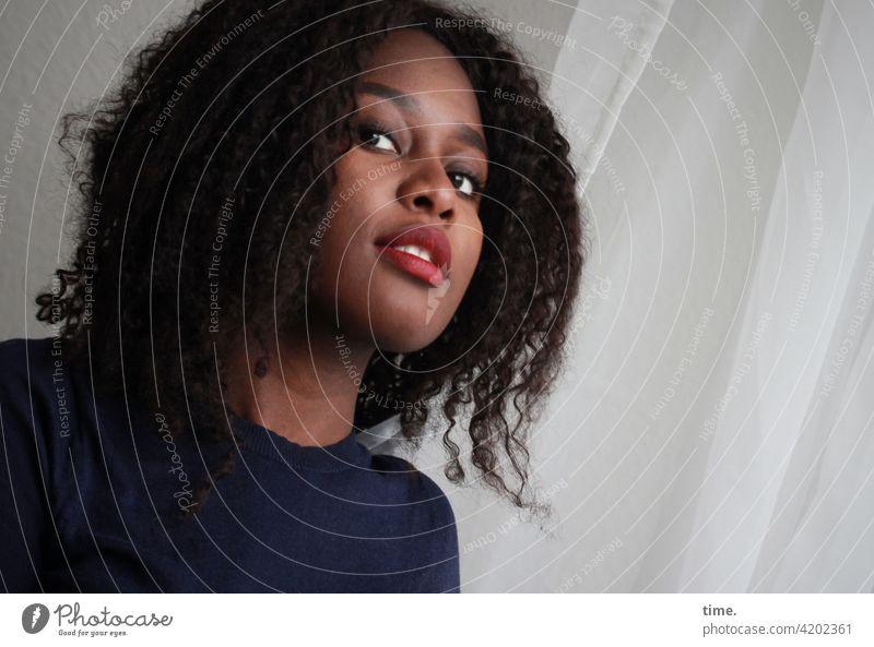 Arabella Porträt Portrait Innenaufnahme Farbfoto Konzentration Inspiration Interesse Neugier Wachsamkeit selbstbewußt schön Blick beobachten Locken Pullover