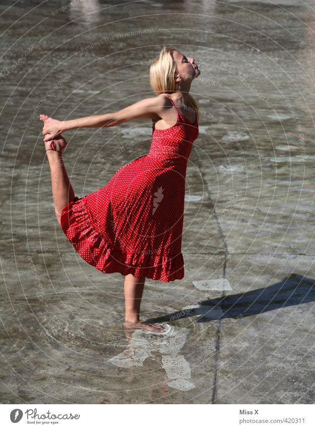 Wasserspeier Wasser Sommer Sonne rot Spielen Schwimmen & Baden Wellen blond Tanzen Fröhlichkeit Lebensfreude Kleid Brunnen Sonnenbad Sommerurlaub Erfrischung