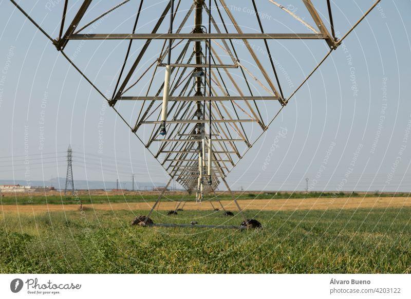 Bewässerungszapfen, mit Wasser oder Chemigation, gespeist durch eine Rohrleitung, Beispiel für landwirtschaftliche Maschinen und agro-industrielle Infrastrukturen in Getreidefeldern in Aragonien.