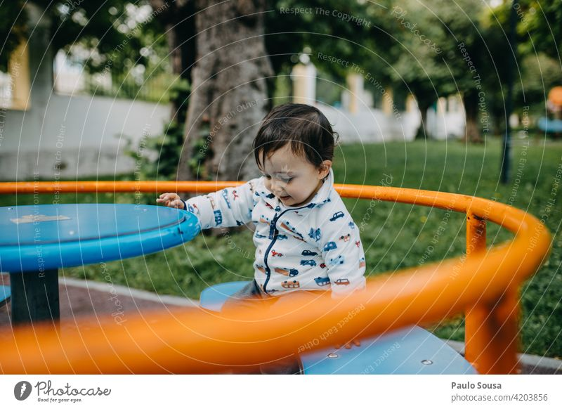 Kind spielt im Park 1-3 Jahre Kaukasier Spaß haben Spielplatz Spielplatzgeräte Kindheit Außenaufnahme Mensch Farbfoto Kleinkind Freizeit & Hobby Spielen