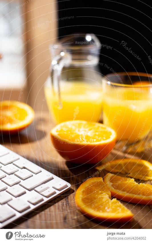Tisch voll mit frischen Orangen und Saft im Frühling orange Zitrusfrüchte Lebensmittel Sommer trinken tropisch Ernährung Vegetarier Portion natürlich Vitamin