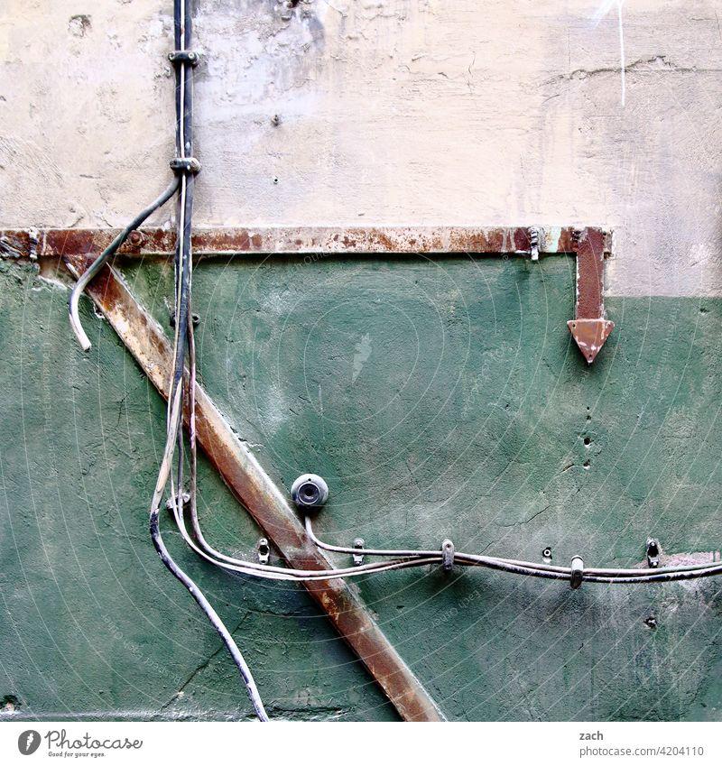 Zeichensprache Ruine Industrieanlage Wand Fabrik alt Verfall Vergänglichkeit Vergangenheit kaputt Kabel grün weiß