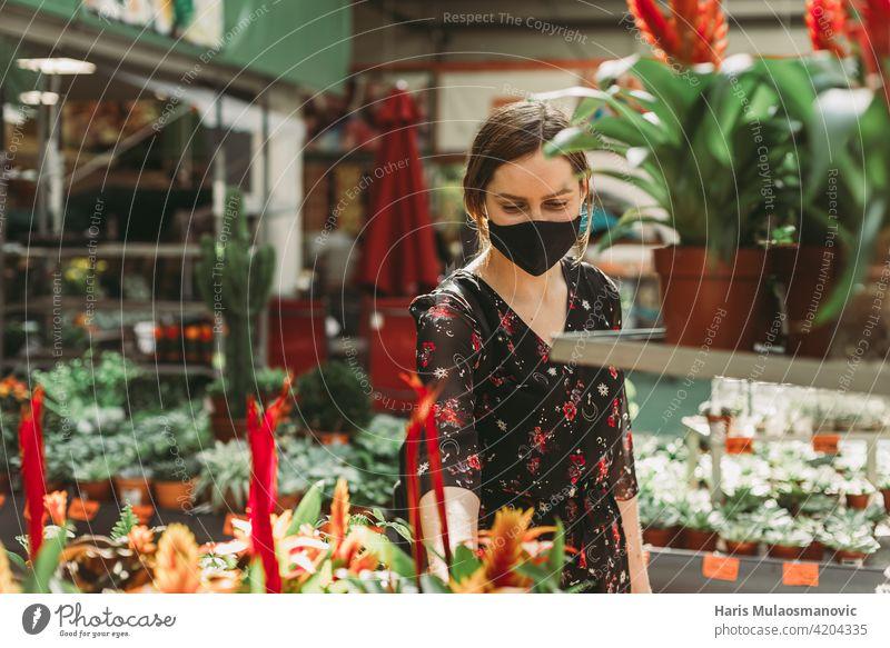 schöne junge Frau kauft Blumen für den Garten Blüte Business kaufen Pflege Zentrum heiter Wahl auserwählend wählte farbenfroh wirtschaftlich Coronavirus Bund 19