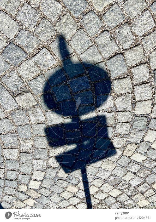 irgendwas ist da wohl verboten...?! Verkehrsschild Kopfsteinpflaster Schatten Schattenwurf Verbotsschild rund Parkverbot Halteverbot Straßenverkehrsordnung