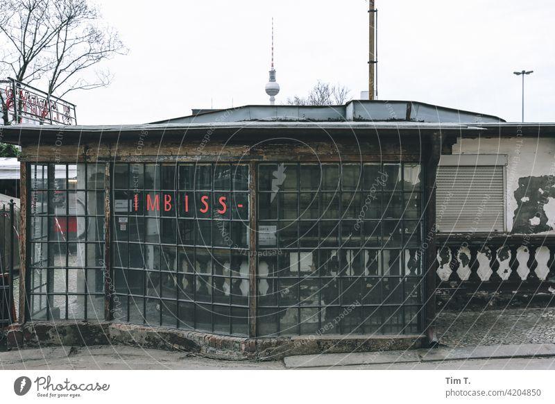 eine alte Imbiss Bude in der Prenzlauer Allee Fernsehturm Berlin Prenzlauer Berg Imbissbude Stadtzentrum Hauptstadt Altstadt Menschenleer Außenaufnahme Tag