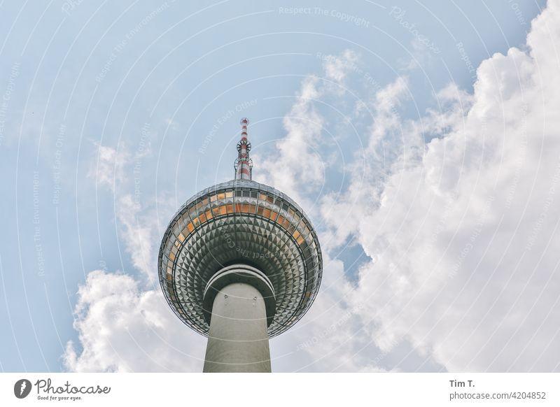 der Berliner Fernsehturm von unten Mitte Blick nach oben Berlin-Mitte Wahrzeichen Turm Sehenswürdigkeit Hauptstadt Stadtzentrum Architektur Himmel