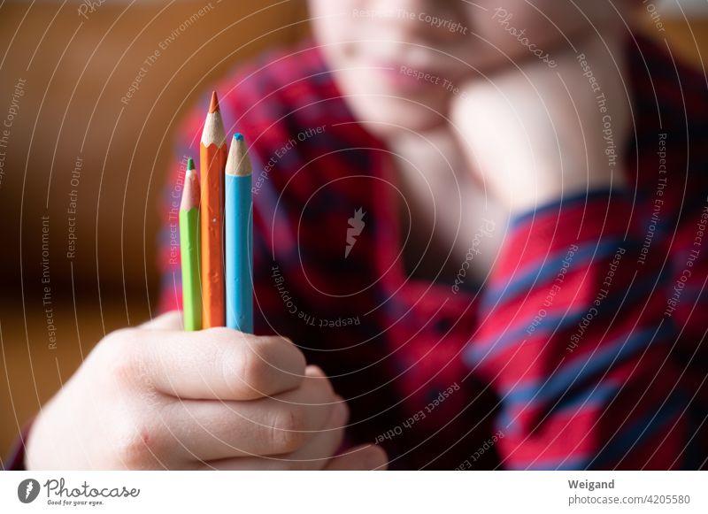 Kind im Homeschooling homeschooling Unterricht Stifte Grundschule Farben drei Entscheidung Bildung lernen