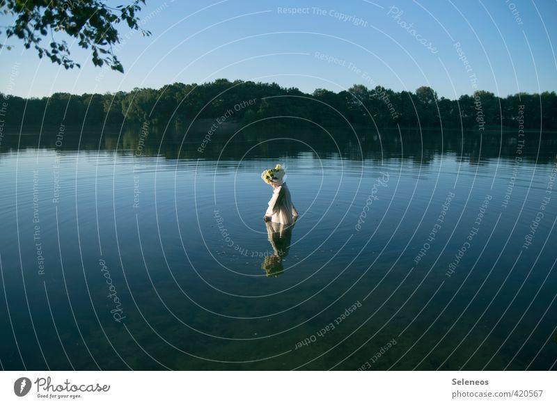 Sonnenbaden Ausflug Sommer Mensch feminin Frau Erwachsene 1 Umwelt Natur Landschaft Wasser Himmel Wolkenloser Himmel Horizont Schönes Wetter Baum Küste Seeufer