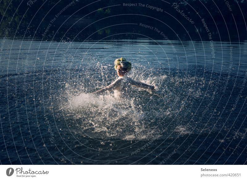 pitsche patsche Sommer Sonnenbad Mensch feminin Frau Erwachsene 1 Umwelt Natur Landschaft Wasser Wassertropfen Wellen Küste Seeufer Flussufer Teich Bach
