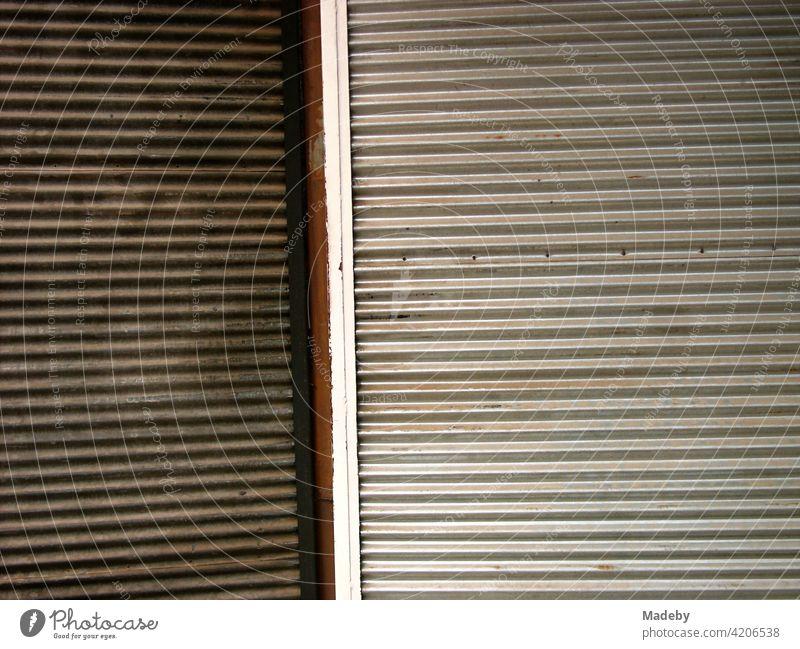 Rollläden aus Metall mit Wellenprofil in einem großen Basar in Bursa in der Türkei Rollladen Profil Stahlprofil Profilstahl Wellblech Eisen Geschlossen