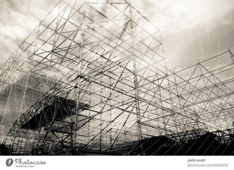doppelt gut gerüstet Strukturen & Formen Baugerüst Architektur Installationen Konstruktion Gerüst komplex Doppelbelichtung Wolkenhimmel Gerüstbau