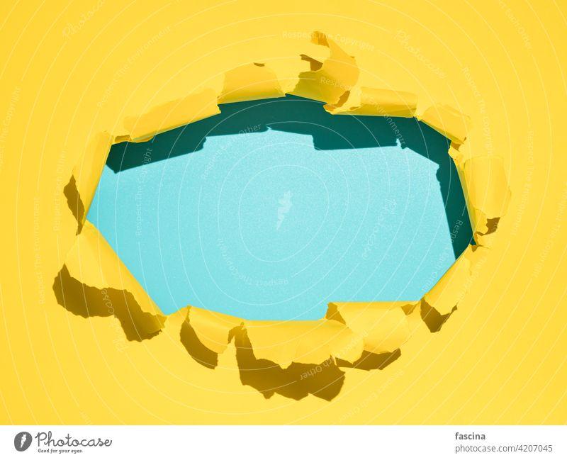 Zerrissener gelber Hintergrund, Kopierraum Papier gerissen Golfloch Zerreißen zerrissen durch Schot Page Pause kreisen Oval offen Saum Wand blau Textfreiraum