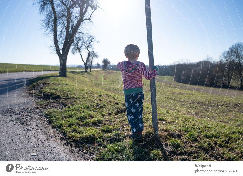 Junge am Weg Kind Ausflug warten Grundschule Familie Sonne Frühling Muttertag