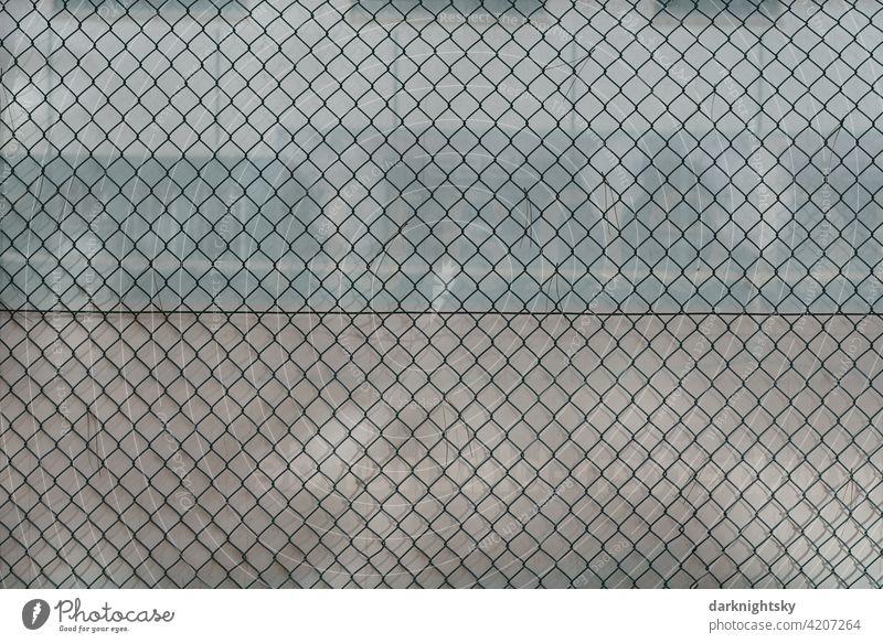 Zaun aus Maschen Draht einer Anlage für sportliche Zwecke mit der Zweckbestimmung Tennis Sicherheit Netz Maschendraht Platz Maschendrahtzaun Menschenleer Grenze