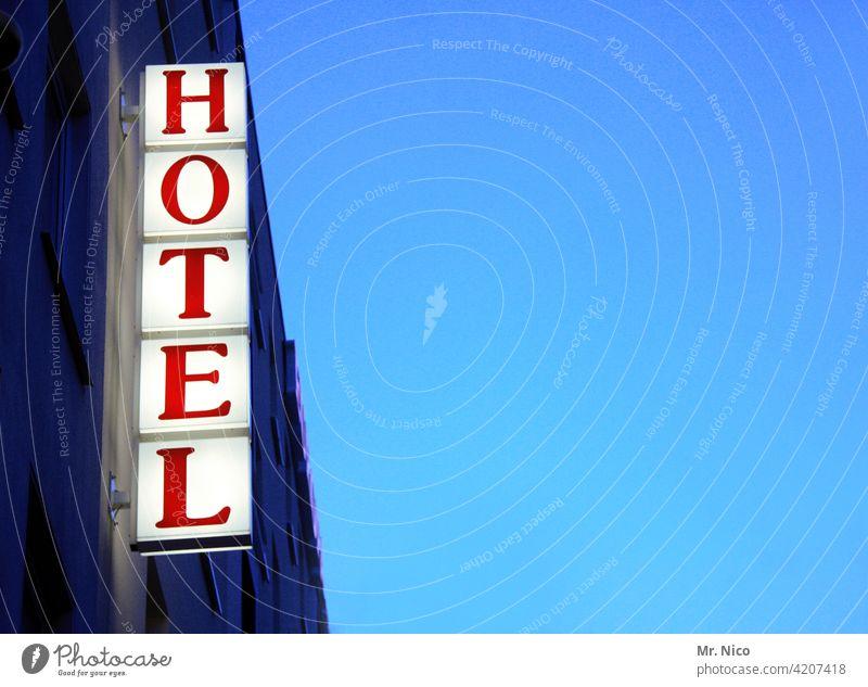 Hotel Hinweisschild Ferien & Urlaub & Reisen Tourismus Schriftzeichen Schilder & Markierungen Blauer Himmel rot Herberge Neonlicht Werbung Unterkunft