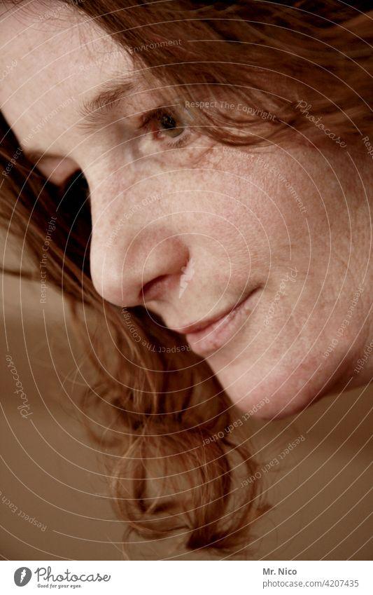 Porträt Haare & Frisuren Ausstrahlung Haut sympathisch authentisch Gesicht Locken Blick Persönlichkeit selbstbewußt Gesichtsausdruck ausdrucksstark intensiv