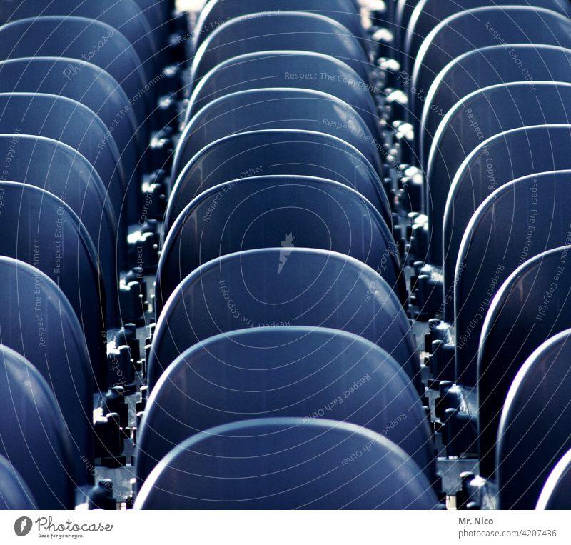 hintereinander sitzen Bestuhlung Sitzreihe Sitzgelegenheit Platz sitzschale platzreservierung zuschauerplätze Strukturen & Formen Tribüne Stadion tribühne leer