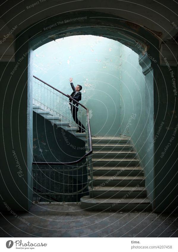 Stufen der Erkenntnis (VIII) treppenhaus lost places stehen mann grüßen mauer stufen winken geländer treppengeländer tageslicht lichtverlauf schatten skurril