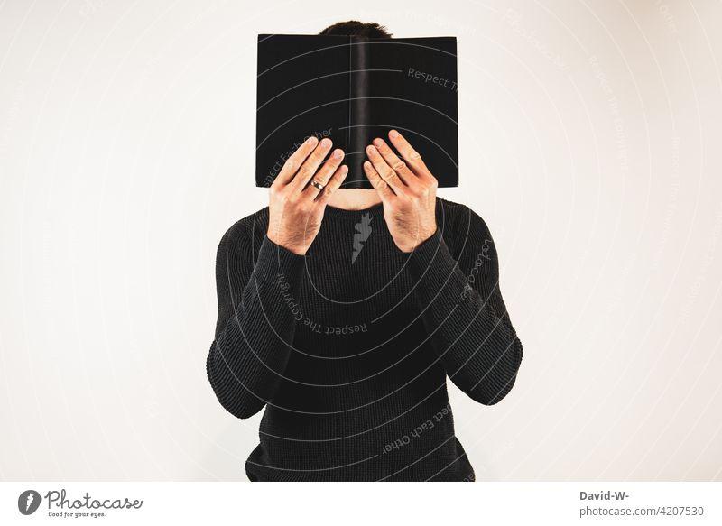 Mann mit Buch lesen weiterbilden verstecken Roman Leser anonym vertieft Lesestoff Wissen