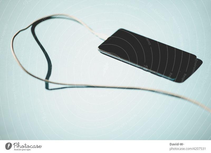Handy am Ladekabel laden Strom Energie Kabel Energiewirtschaft Leitung Schatten Technik & Technologie