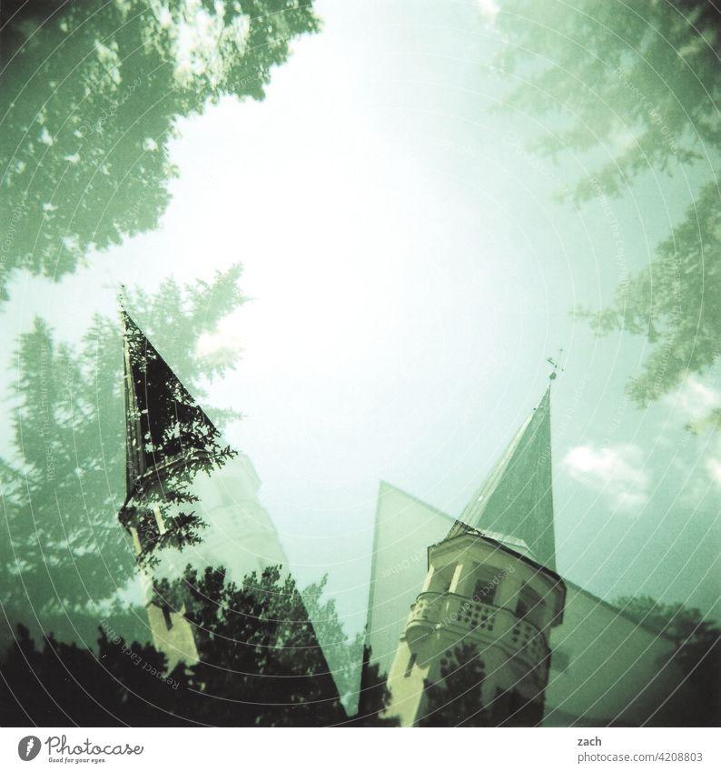 Abneigung analog Holga Scan Lomografie Dia Doppelbelichtung cross Cross Processing Kirche Kirchturm Baum Himmel schief