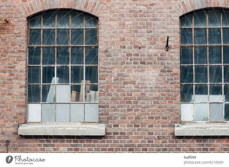 Zwei Fenster einer Lagerhalle mit roten Klinkern und geschlossenen Fenstern trist wartezone 50ger Jahre Hafen Logistikbereich logistik Halle Schuppen Industrie