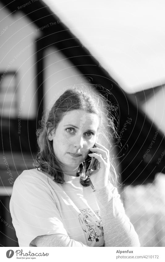 Hallo Amt....... Frau telefonieren Telefon sprechen Mensch Smartphone Junge Frau Lifestyle Kommunizieren Außenaufnahme Telefongespräch Farbfoto Handy