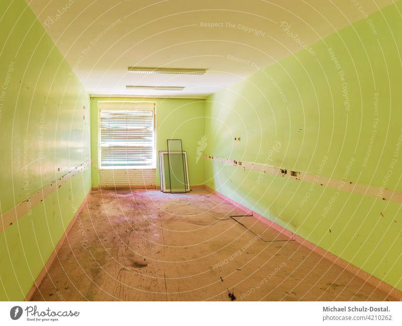 grünes Zimmer mit geschlossener Jaluosie abandoned urbex lostplace rotten decay verlassen deko interior interieur ruine lost place kaputt Ruine Menschenleer