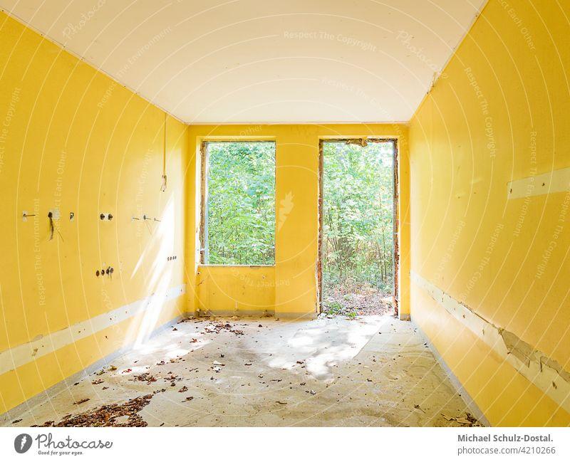 gelbes Zimmer mit grünem Ausblick abandoned urbex lostplace rotten decay verlassen deko interior interieur ruine lost place kaputt Ruine Lost place Menschenleer