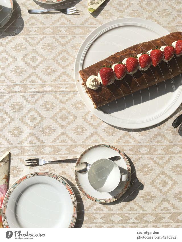 selbstgemachte Erdbeer-Sahne-Biskuitrolle bei der Schwiegermutter. Muster Tee Kuchen Biskuitkuchen Erdbeeren Teller Porzellan Porzellanteller Tasse Kaffeepause