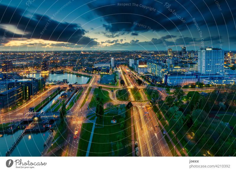 Beleuchtete Stadt von oben bei Dämmerung, Langzeitbelichtung Vogelperspektive Straße Horizont Himmel Verkehr Verkehrswege Außenaufnahme blau Beleuchtung