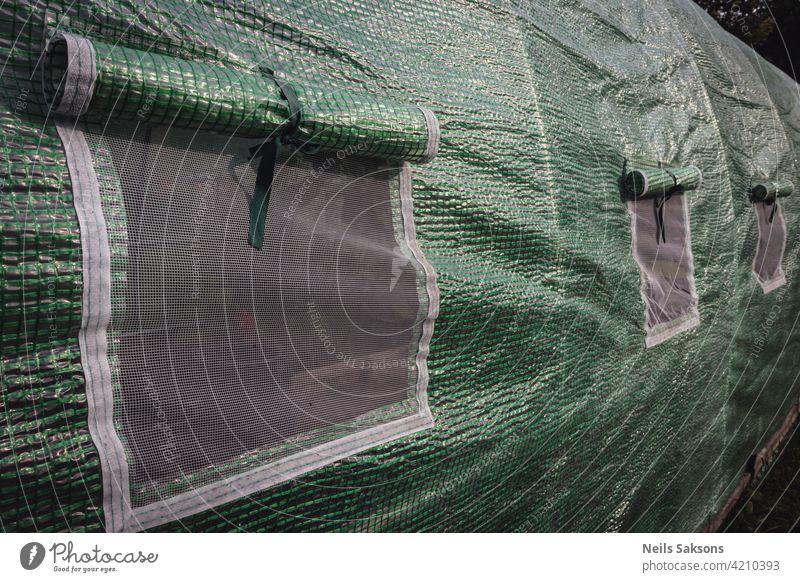 Polyethylentunnel als Kunststoffgewächshaus in einem Kleingarten mit Gemüseanbau im Garten Ackerbau Bogen Architektur Botanik Gebäude Gemeinschaft