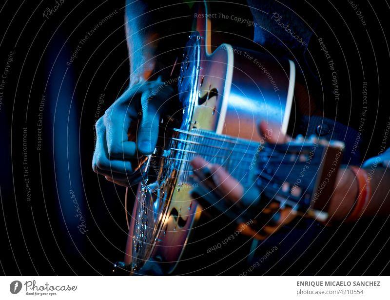 Gitarrist spielt live Dobro-Gitarre elektrisch Jazz spielen Veranstaltung Konzert Spieler Entertainment Felsen Band Stadtfest außerhalb Sänger akustisch Blues