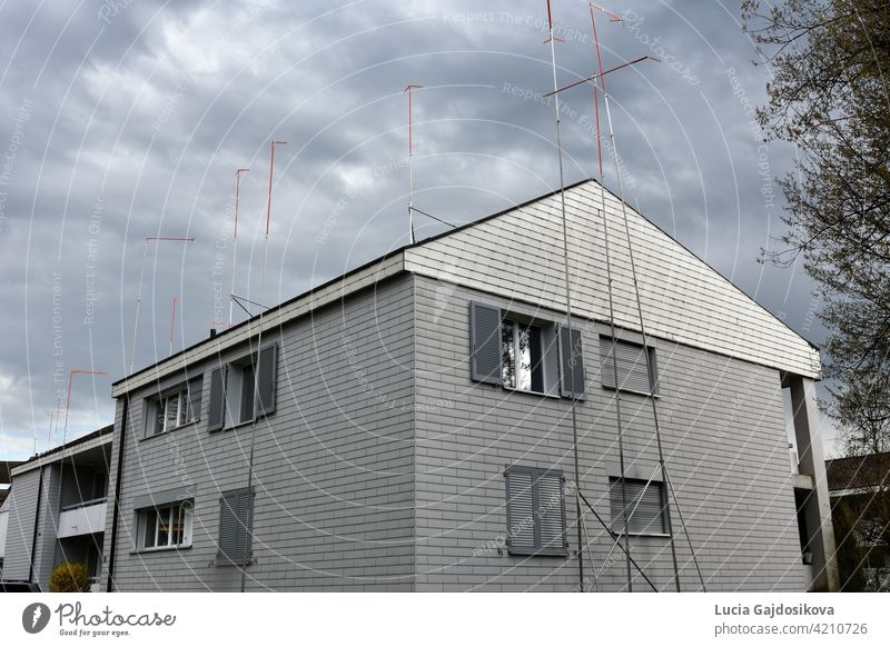 Haus mit Metallstangen drum herum. Sie schlagen eine neue Form des Hauses vor, das umgebaut werden soll. Obligatorischer Teil des Bauverfahrens in der Schweiz, damit die Nachbarn Einspruch erheben können.
