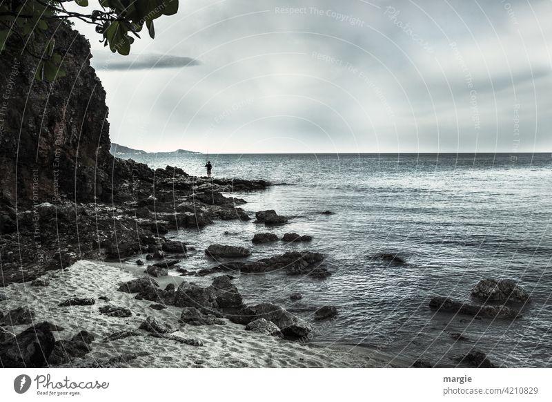 Ein Angler am Meer auf Felsen Wasser Angeln Außenaufnahme Fischereiwirtschaft Freizeit & Hobby See fangen Einsamkeit Thailand ruhig Erholung Strand Ferne