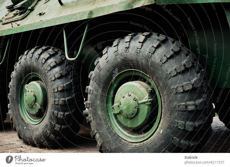 Panzerwagen Detail gepanzert PKW Militär Krieg Rad Reifen Verkehr treten bedrohlich Gefahr Jeep Schmutz Stacheln kämpfen abschließen Scheitel Maschine Transport