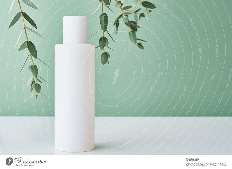 Kosmetik Schönheit Mockup. Weiße Flasche auf Pastell Hintergrund Produkt kennzeichnen Attrappe nach oben Sauberkeit Lotion Container Paket Sahne Design weiß