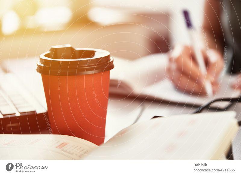 Kaffeetasse auf Büroarbeitsplatz, Nahaufnahme abgelegen Arbeit Arbeitsplatz freiberuflich online lernen Bildung Papier Tasse Business Pause schreiben Laptop